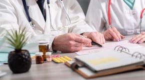 Tv? doktorer som diskuterar om medicinska resultat arkivfoton
