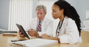 Två doktorer som tillsammans arbetar i kontoret Arkivbilder