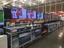 TV en la exhibición en una tienda de Costco imagen de archivo libre de regalías