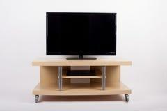 TV en la tabla móvil del lado de la carretilla del soporte Fotos de archivo libres de regalías