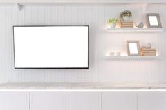 TV en plank in woonkamer Eigentijdse stijl Houten meubilair i royalty-vrije stock afbeeldingen