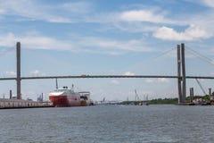 Två enorma fraktbåtar i Savannah Harbor Arkivfoto