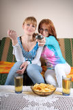 TV δύο κοριτσιών που προσέχ&eps Στοκ Εικόνες