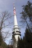 TV et émetteur radioélectrique Cukrak près de ville Prague, République Tchèque Photos stock