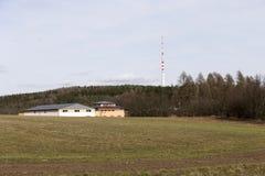 TV et émetteur radioélectrique Cukrak près de ville Prague, République Tchèque Photo stock