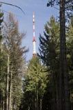 TV et émetteur radioélectrique Cukrak près de ville Prague, République Tchèque Images libres de droits