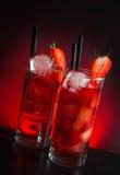 Två exponeringsglas av jordgubbecoctailen med is på den wood tabellen Royaltyfria Bilder