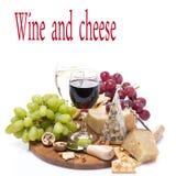 Två exponeringsglas av vin, druvor och ostsortimentet Fotografering för Bildbyråer