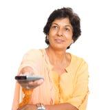 Tv för mogen kvinna för indier hållande ögonen på Royaltyfri Fotografi