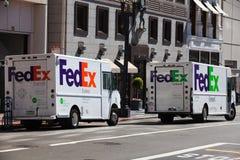 Två Federal Express bilar Fotografering för Bildbyråer
