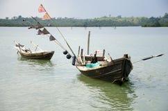 Två fiskebåtar som sitter på flodkanten Royaltyfri Fotografi