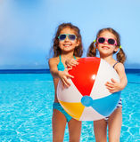 Två flickor i swimwear med den stora uppblåsbara bollen Arkivbild