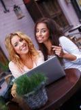 Två flickor med bärbara datorn Arkivbild