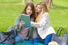 Två flickor med minnestavlan Arkivfoto