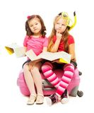 Två flickor med planläggningssemester Arkivfoto