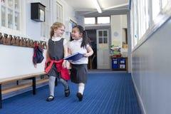 Två flickor som går till kursen Arkivfoton