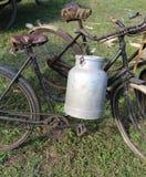 Två forntida rostiga cyklar för transporten av mjölkar I Royaltyfria Foton