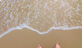 Tv? fot p? stranden arkivbilder