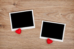 Två fotoramar och små röda godishjärtor Royaltyfri Foto