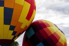 Två färgrika varmluftsballonger Fotografering för Bildbyråer