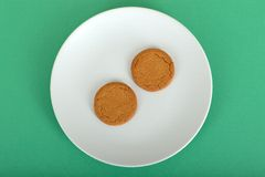 Två Ginger Nut Biscuits på en platta Royaltyfri Fotografi
