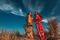 Tv? h?rliga stilfulla bohomodeller utomhus royaltyfri foto