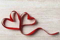 Två hjärtor på träbakgrund Valentine Day som gifta sig förälskelsebegrepp Arkivbild