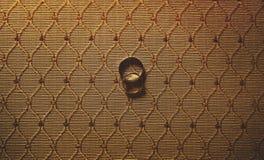 Två härliga eleganta vigselringar försilvrar och guld på torkdukebac Royaltyfri Fotografi
