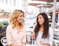 Två härliga flickor i kafé Arkivfoton