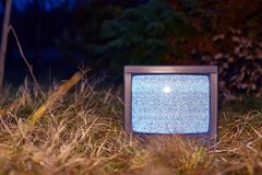 TV ingen signal i gräs royaltyfria bilder