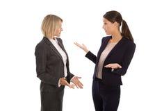 Två isolerad affärskvinna som tillsammans talar: begrepp för kroppla Arkivbilder