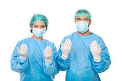 Två kirurgar som är klara för kirurgi Arkivfoton