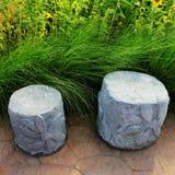 Två konkreta stolar i trädgård chillout Royaltyfri Foto