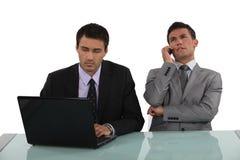 Två kontorskollegor Arkivbild