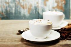 Två koppar kaffe på tabellen Arkivfoto