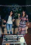 Två kvinnavänner som dansar och har gyckel i ett parti Arkivfoton