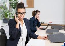 Två kvinnor arbetar i kontoret Royaltyfria Bilder
