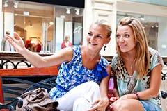 Två kvinnor i en köpcentrum Arkivfoto