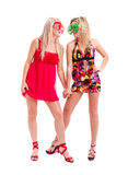 Två kvinnor i galna clownexponeringsglas Arkivfoto