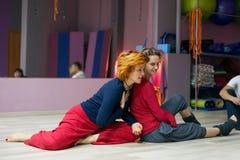 Två kvinnor som dansar danskontaktimprovisation Arkivbild