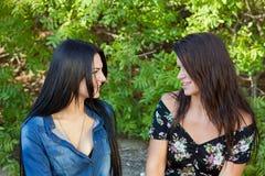 Två kvinnor som stirrar på varje annan Arkivbild