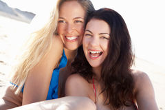 Två kvinnor som tycker om strandferie Royaltyfri Foto