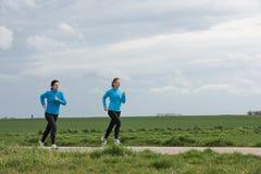 Två kvinnor som utomhus joggar Royaltyfri Foto