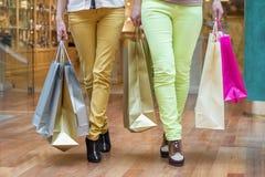 Två kvinnors gående shoppa Royaltyfri Bild