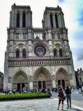 Tv? kvinnors seende Notre Dame de Paris fotografering för bildbyråer