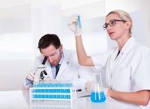 Labbtekniker på arbete i ett laboratorium Arkivfoto