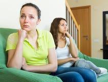 Två ledsna flickor som har konflikt Royaltyfri Foto