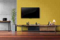 TV llevada en la pared amarilla con muebles de madera de los medios de la tabla Fotos de archivo libres de regalías