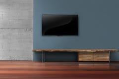 TV llevada en la pared azul marino con muebles de madera en la vida vacía r Fotografía de archivo