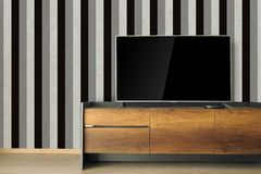 TV llevada en soporte de la TV en sitio vacío con wa blanco y negro del vintage Imágenes de archivo libres de regalías